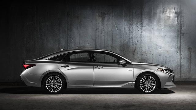 Lộ ảnh thực tế đầu tiên của Lexus ES 2019 - Đối thủ Mercedes-Benz E-Class - Ảnh 1.
