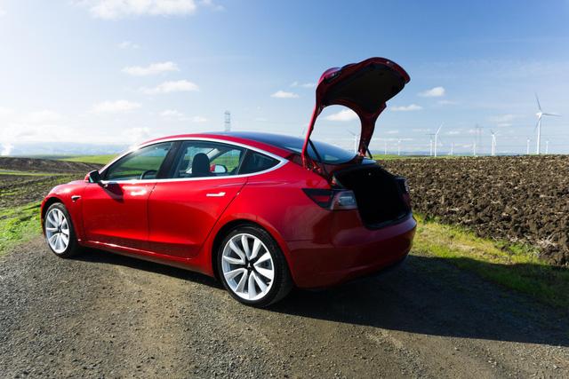 Chưa xong Model 3 thường, Tesla đã lo ra mắt cấu hình xịn hơn - Ảnh 1.