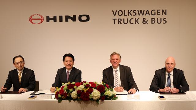 Toyota bắt tay đối thủ Volkswagen để sản xuất xe tải - Ảnh 1.