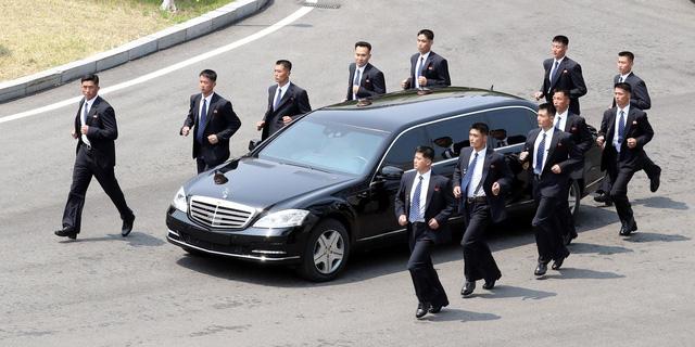 12 cận vệ chạy bộ bảo vệ limousine triệu đô của lãnh đạo Triều Tiên Kim Jong Un - Ảnh 1.