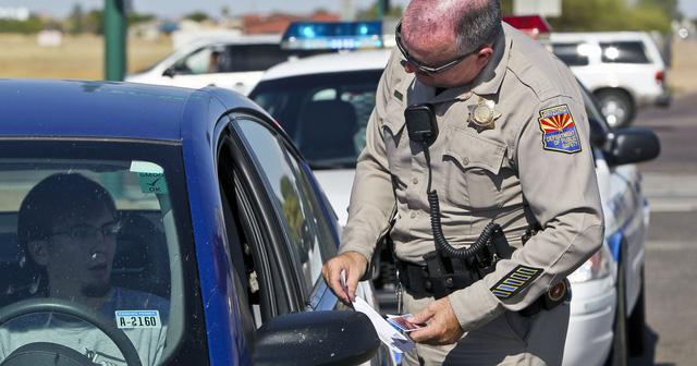 Làm gì khi bị cảnh sát giao thông giữ lại nơi đất khách quê người? - Ảnh 2.