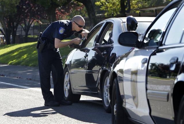 Làm gì khi bị cảnh sát giao thông giữ lại nơi đất khách quê người? - Ảnh 4.