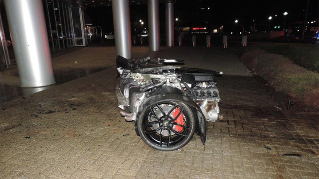 Lamborghini Huracan bị xẻ làm đôi sau va chạm với cột đèn đường - Ảnh 1.