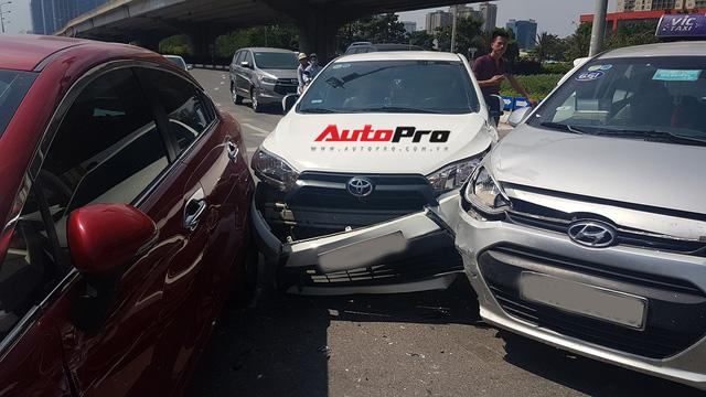 Toyota Yaris bị kẹp giữa xe taxi và Kia Rio giữa trưa nắng tại Hà Nội - Ảnh 2.