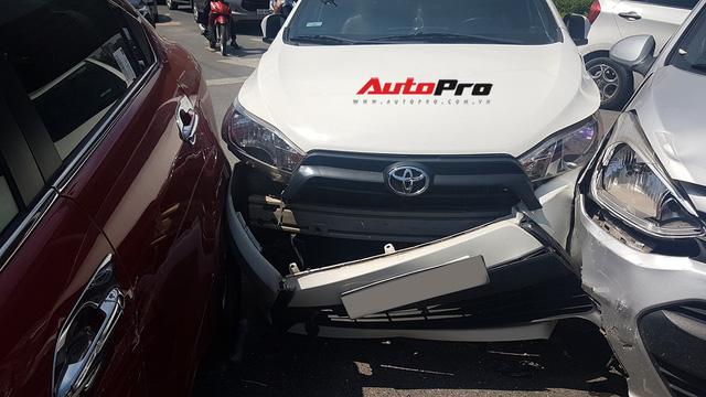 Toyota Yaris bị kẹp giữa xe taxi và Kia Rio giữa trưa nắng tại Hà Nội - Ảnh 3.