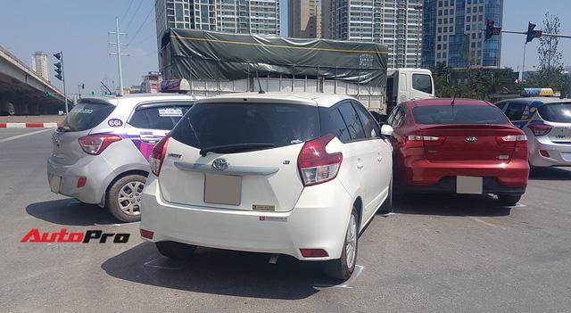 Toyota Yaris bị kẹp giữa xe taxi và Kia Rio giữa trưa nắng tại Hà Nội - Ảnh 4.