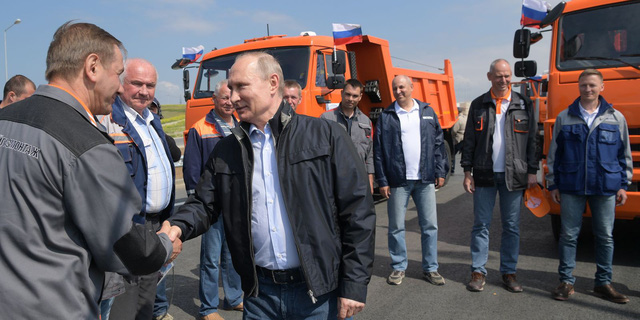 Tổng thống Putin đích thân lái xe tải thông cầu nối giữa Nga và Crimea - Ảnh 5.