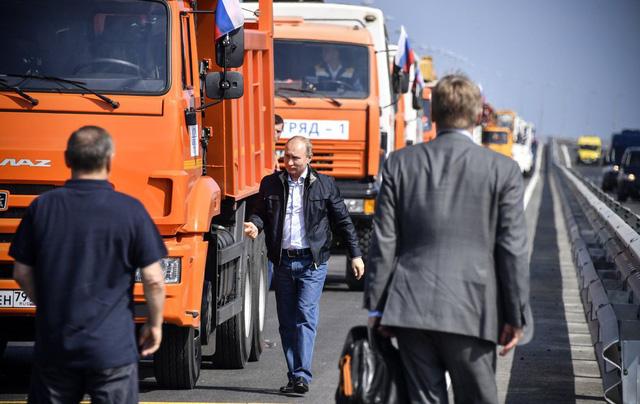 Tổng thống Putin đích thân lái xe tải thông cầu nối giữa Nga và Crimea - Ảnh 4.