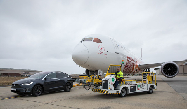 Xem xe Tesla kéo cả máy bay Boeing để lập kỷ lục thế giới - Ảnh 3.