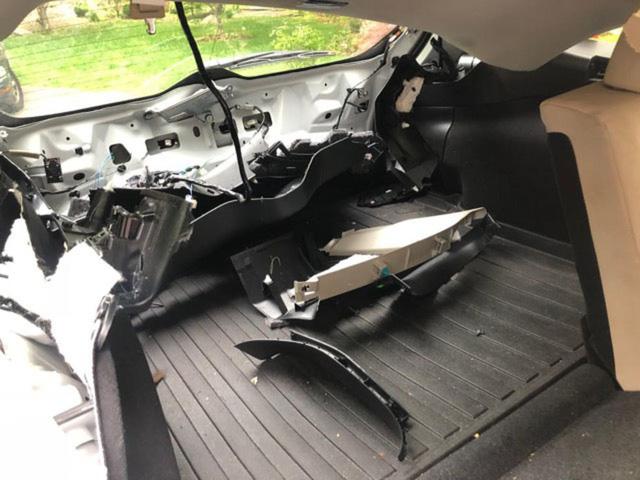 Quên khóa cửa xe, chủ xe méo mặt vì bị gấu lẻn vào phá tan nội thất - Ảnh 4.
