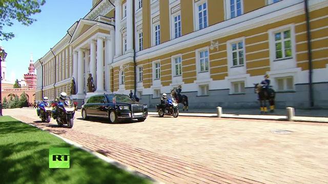 Tổng thống Putin sử dụng limousine mới toanh do Nga tự sản xuất trong lễ nhậm chức - Ảnh 3.
