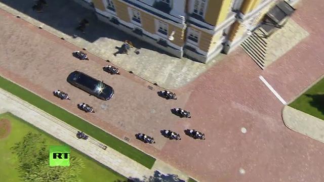 Tổng thống Putin sử dụng limousine mới toanh do Nga tự sản xuất trong lễ nhậm chức - Ảnh 4.