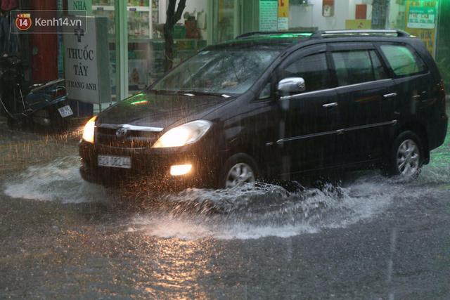 Sài Gòn: Mưa lớn gây ngập nặng, chủ xe ô tô nơm nớp lo sợ khi đỗ ngoài đường - Ảnh 1.