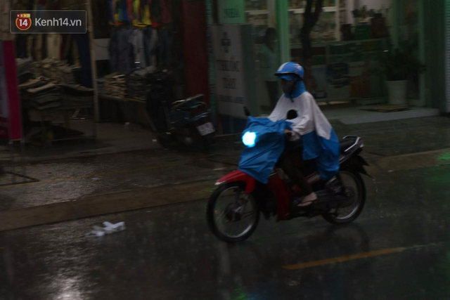 Giữa ban ngày mà Sài Gòn bỗng tối sầm vì mưa lớn, người dân phải bật đèn di chuyển trên đường 3