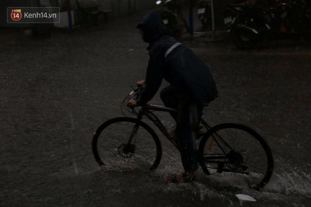 Giữa ban ngày mà Sài Gòn bỗng tối sầm vì mưa lớn, người dân phải bật đèn di chuyển trên đường 7