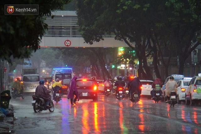 Giữa ban ngày mà Sài Gòn bỗng tối sầm vì mưa lớn, người dân phải bật đèn di chuyển trên đường 8