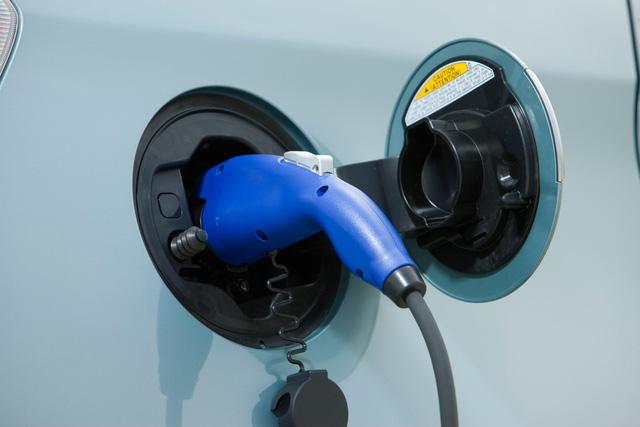 Thách thức Tesla, các hãng xe Nhật hợp sức phát triển pin thể rắn cho xe điện - Ảnh 1.