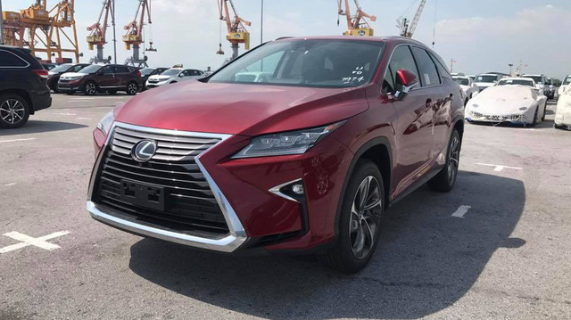 Lexus chính hãng không bán nổi một chiếc, xe nhập tư vẫn ùn ùn kéo về với giá cao ngất ngưởng cho đại gia Việt
