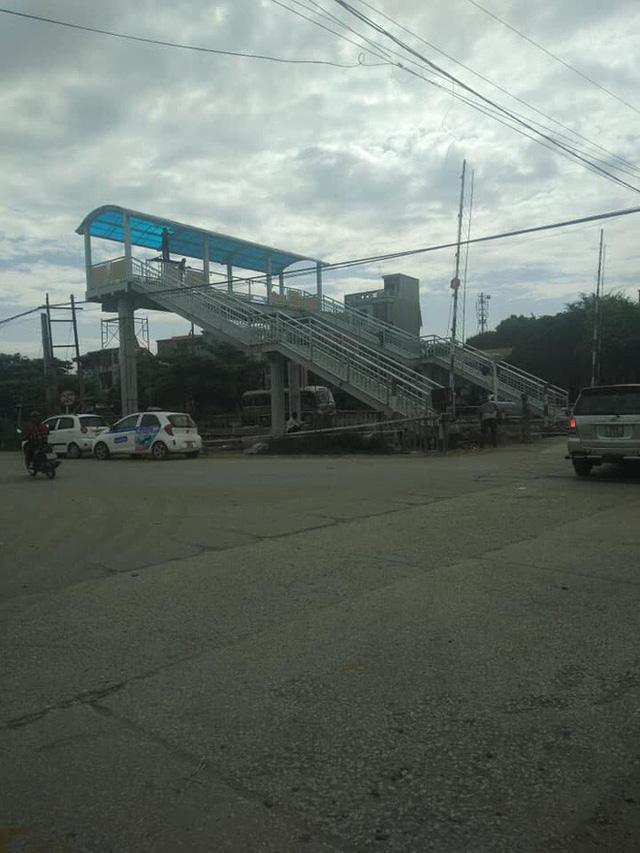 Xôn xao về cây cầu vượt cho người đi bộ qua đường sắt ở Thanh Hóa - Ảnh 1.