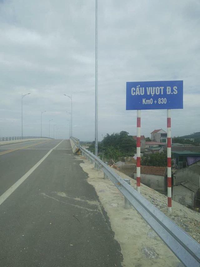 Xôn xao về cây cầu vượt cho người đi bộ qua đường sắt ở Thanh Hóa - Ảnh 2.