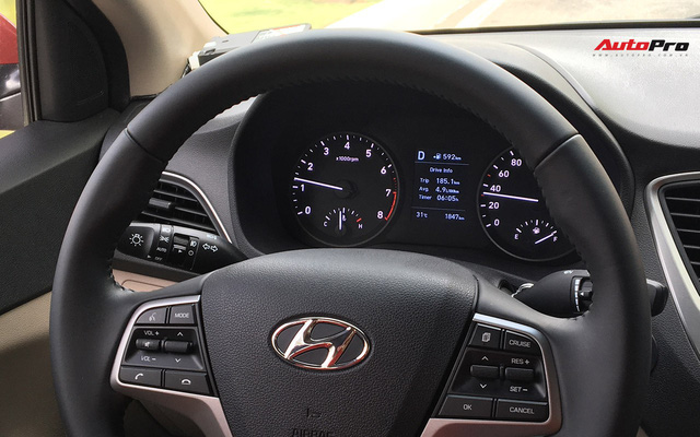 Với 4,4 lít xăng, Hyundai Accent AT 2018 có thể đi được 100 km đường hỗn hợp - Ảnh 1.