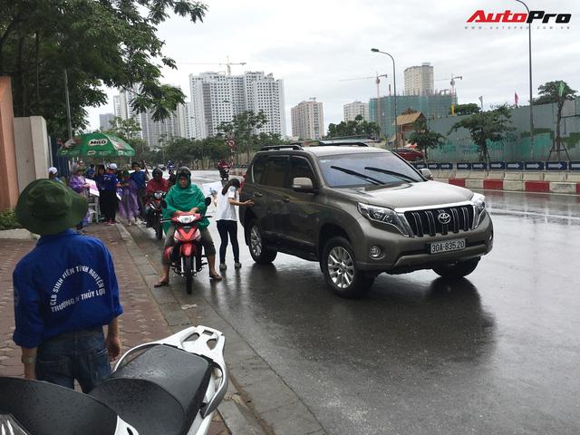 Nam thanh, nữ tú đi thi bằng xe sang tiền tỷ ở Hà Nội - Ảnh 2.