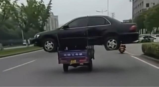 Trung Quốc: Thanh niên bị phạt 1300 tệ vì chở nguyên một chiếc ô tô bằng xe ba gác - Ảnh 2.