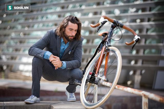 Đi xe đạp lên mép vực Canyon, người đạt 10 kỷ lục Guiness đã làm điều thót tim! - Ảnh 1.