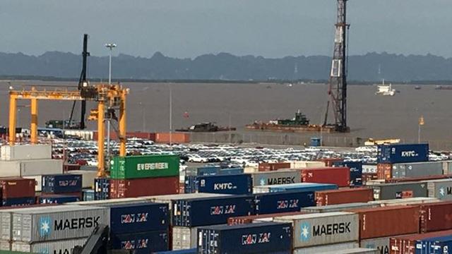 Ô tô miễn thuế đổ bộ về Việt Nam, tập kết kín cảng chờ lăn bánh  - Ảnh 1.