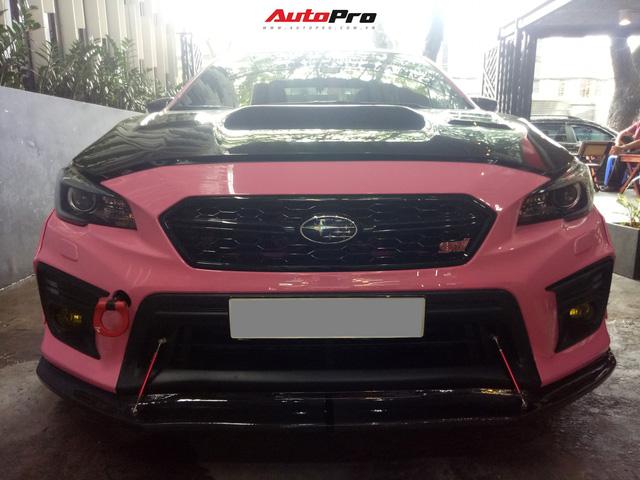 Mang sơn hồng nữ tính nhưng chiếc Subaru của dân chơi Sài Gòn lại độ thân rộng, chế cần số như cán kiếm Nhật - Ảnh 1.