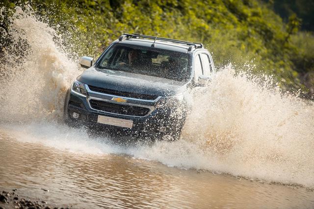Lái xe qua đường ngập nước cần tuân thủ những quy tắc sau để tránh chết máy hay thủy kích - Ảnh 2.