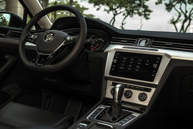 Volkswagen Passat thêm phiên bản mới tại Việt Nam: Đấu Toyota Camry bằng giá Mercedes-Benz C200 - Ảnh 2.