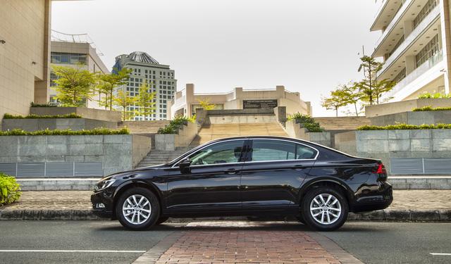 Volkswagen Passat thêm phiên bản mới tại Việt Nam: Đấu Toyota Camry bằng giá Mercedes-Benz C200 - Ảnh 1.
