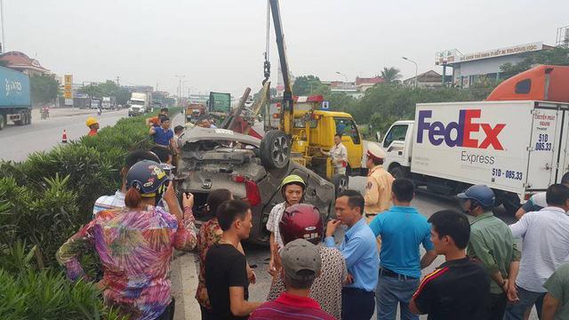 Bị container hất bay, 5 người trên xe con may mắn thoát chết - Ảnh 1.