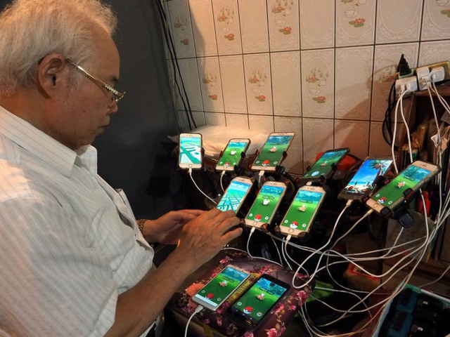 Gừng càng già càng cay: Ông lão gắn 11 smartphone vào xe đạp đi khắp nơi để bắt Pokemon - Ảnh 4.