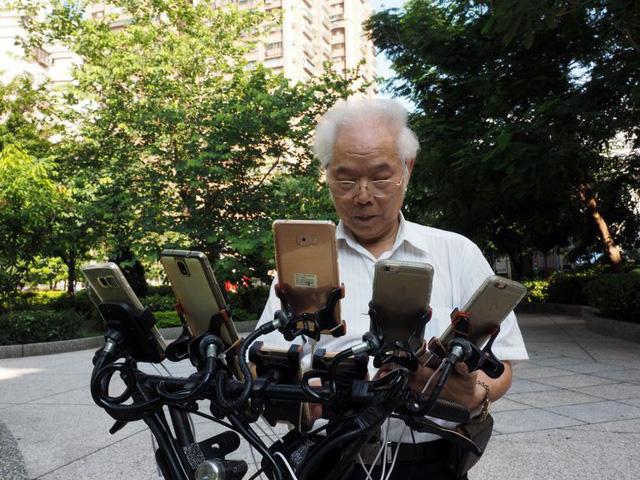 Gừng càng già càng cay: Ông lão gắn 11 smartphone vào xe đạp đi khắp nơi để bắt Pokemon - Ảnh 5.