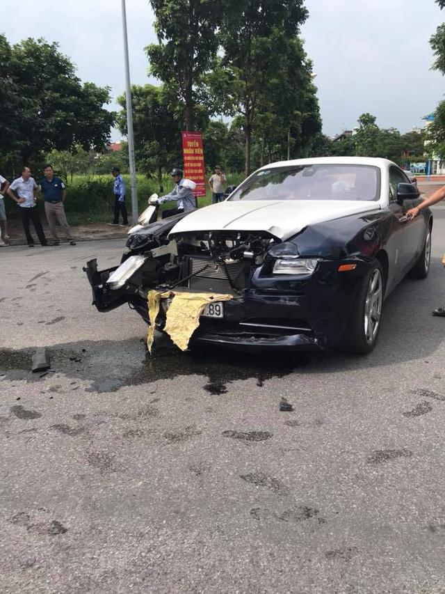 Đâm nhau, Rolls-Royce Wraith vỡ đầu, Honda CR-V lật ngửa ngay ngã tư tại Hà Nội - Ảnh 2.