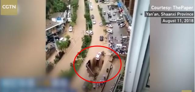 Người qua đường hợp sức cứu chiếc ô tô khỏi hố tử thần giữa đường sau cơn bão