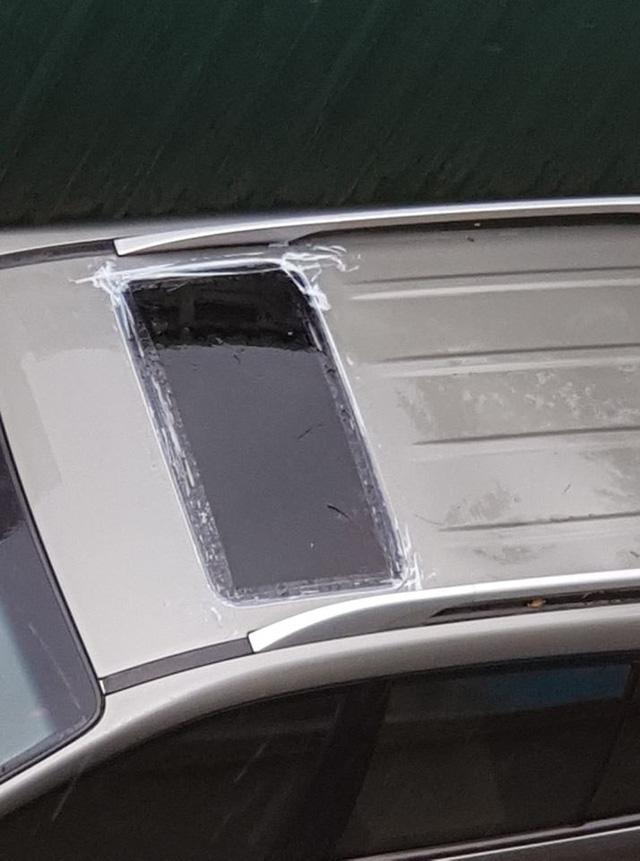 Chủ xe chống dột cho ô tô ngày mưa bằng cách dán băng dính kín cửa sổ trời - Ảnh 1.