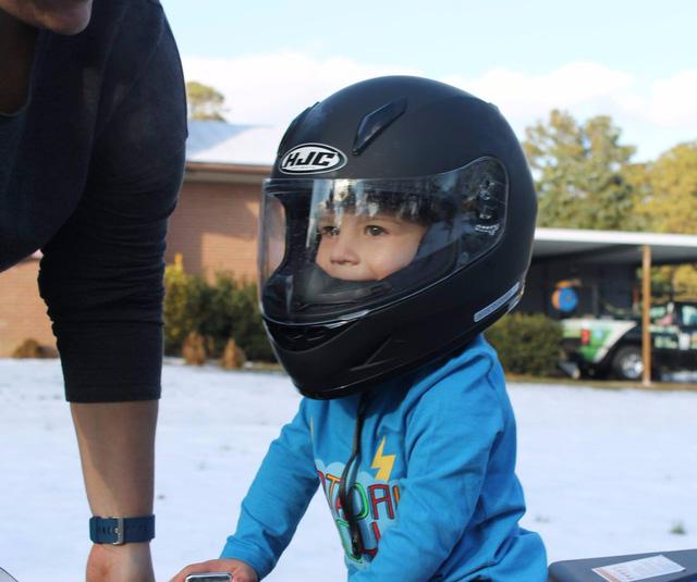 Chân chưa chạm đất, cậu bé 4 tuổi vẫn chứng minh mình nài được mô tô người lớn - Ảnh 5.