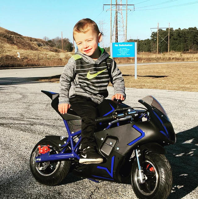 Chân chưa chạm đất, cậu bé 4 tuổi vẫn chứng minh mình nài được mô tô người lớn - Ảnh 4.