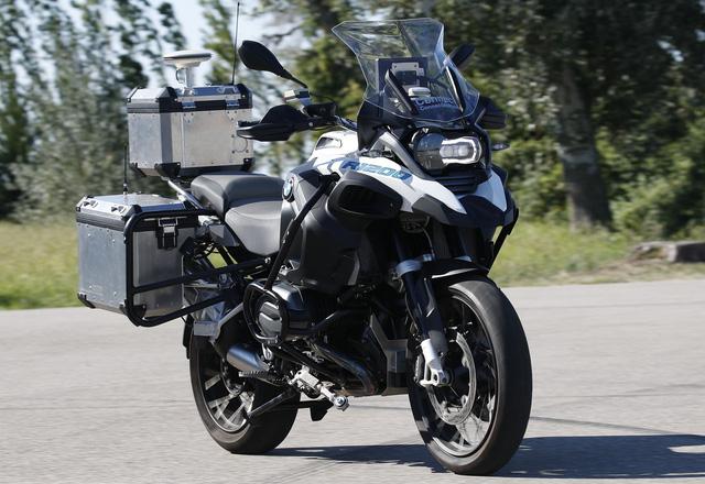BMW Motorrad tự lái: Chẳng ai mua mô tô về để ngồi không - Ảnh 2.