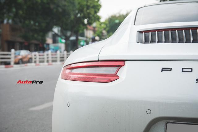 Thêm nửa tỷ đồng phụ kiện, Porsche 911 Carrera màu trắng chính hãng đầu tiên tại Hà Nội khoe dáng trên phố - Ảnh 14.