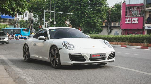 Thêm nửa tỷ đồng phụ kiện, Porsche 911 Carrera màu trắng chính hãng đầu tiên tại Hà Nội khoe dáng trên phố