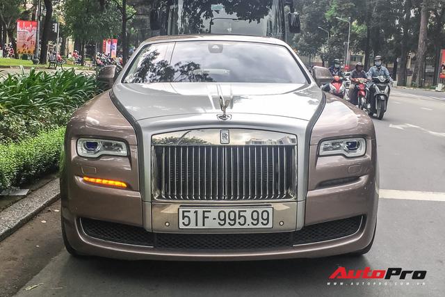 Rolls-Royce Ghost với biểu tượng Spirit of Ecstasy phát sáng và biển số gánh tứ quý 9 lăn bánh trên phố Sài Gòn - Ảnh 3.