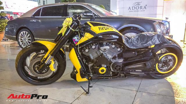 """Vợ tặng mô tô """"khủng"""" Harley-Davidson khoác áo Aventador cho đại gia Sài Gòn"""