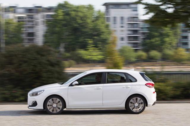 Hyundai i30 nâng cấp nhẹ để cạnh tranh Mazda3 - Ảnh 2.