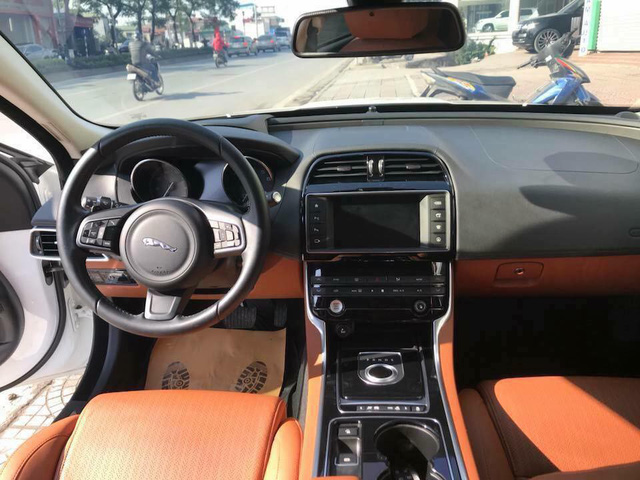 Jaguar XE Porfolio 3 năm tuổi bán lại ngang giá Mercedes-Benz C-Class mới - Ảnh 4.