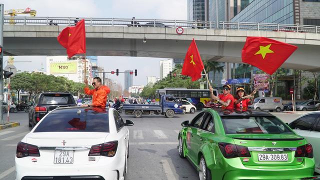 Hội Cruze tận dụng cửa sổ trời để phất cờ cổ vũ đội tuyển Việt Nam.