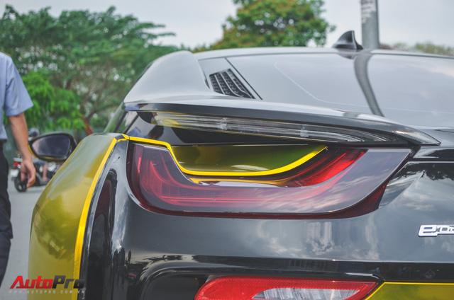 Siêu xe BMW i8 dán decal vàng chrome nổi bật đón năm mới tại Sài Gòn - Ảnh 6.